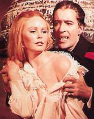 Veronica Carlson et Christopher Lee (Dracula has risen from the grave)